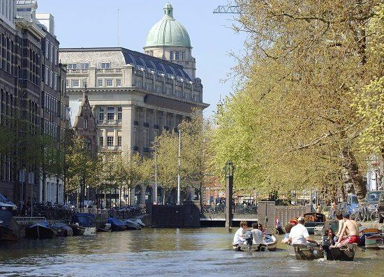 Huur een boot en verken de omgeving van Amsterdam