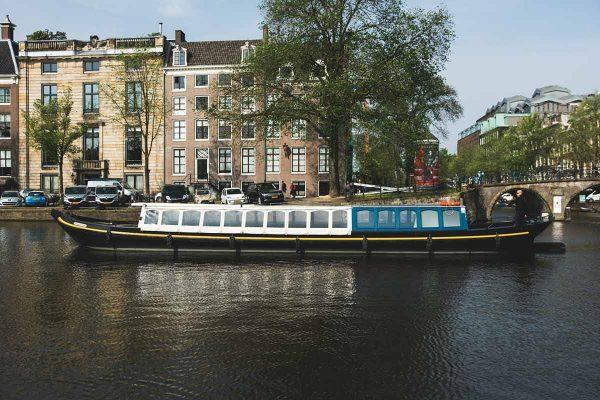 mokumer trekschuit varen in de amsterdamse grachten